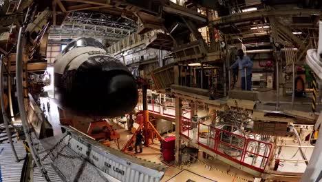 Eine-Zeitrafferaufnahme-Des-Space-Shuttles-Das-Zur-Wartung-In-Den-Shop-Kommt