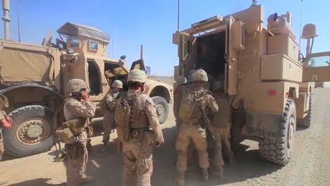 In-Afghanistan-Wird-Ein-Verwundeter-Soldat-In-Ein-Gepanzertes-Transportfahrzeug-Gesteckt