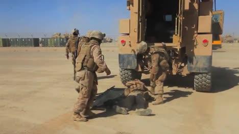 Un-Soldado-Herido-Es-Subido-A-Un-Vehículo-De-Transporte-Blindado-En-Afganistán-1