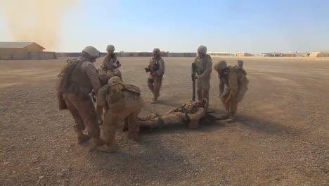 Un-Soldado-Herido-Es-Subido-A-Un-Vehículo-De-Transporte-Blindado-En-Afganistán-2