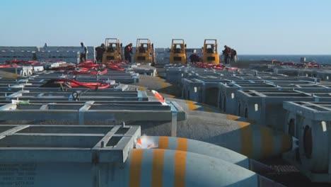 La-Cubierta-De-Un-Portaaviones-Está-Cubierta-Con-Bombas-Y-Municiones-En-Preparación-Para-La-Guerra