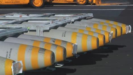 La-Cubierta-De-Un-Portaaviones-Está-Cubierta-Con-Bombas-Y-Municiones-En-Preparación-Para-La-Guerra-3