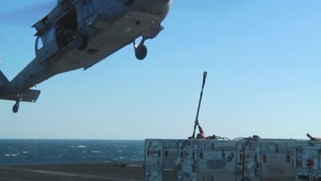 Un-Helicóptero-De-La-Marina-Levanta-Objetos-De-La-Cubierta-De-Un-Portaaviones-Durante-Una-Operación-5
