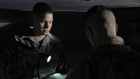 Los-Hombres-Preparan-Sus-Aviones-F16-Para-Una-Misión-Nocturna-En-Una-Pista-