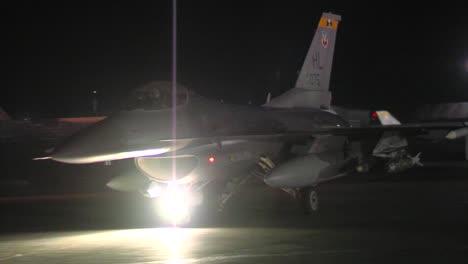 Un-Avión-De-Combate-F16-Taxis-En-Una-Pista-Por-La-Noche