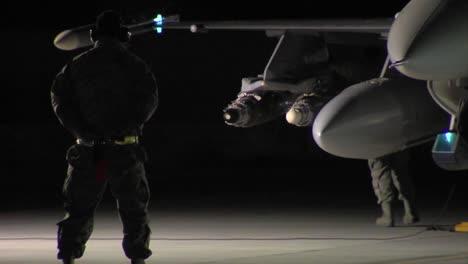 Männer-Bereiten-Ihre-F16-Jets-Für-Eine-Nächtliche-Mission-Auf-Einer-Landebahn-Vor-3