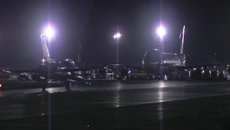 Un-Avión-De-Combate-F16-Taxis-En-Una-Pista-De-Aterrizaje-En-La-Noche-2