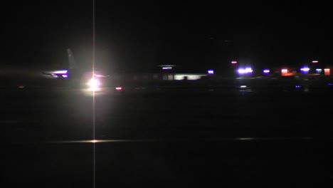 Un-Avión-De-Combate-F16-Taxis-En-Una-Pista-Por-La-Noche-3
