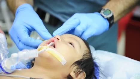 Un-Niño-Se-Somete-A-Una-Cirugía-De-Paladar-Hendido-En-Un-Hospital-Militar-3