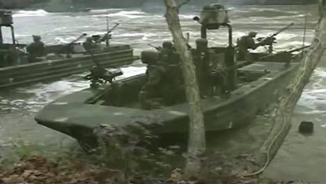 Navy-Seals-Special-Ops-Warcraft-Practice-A-River-Invasion-Exercise-4