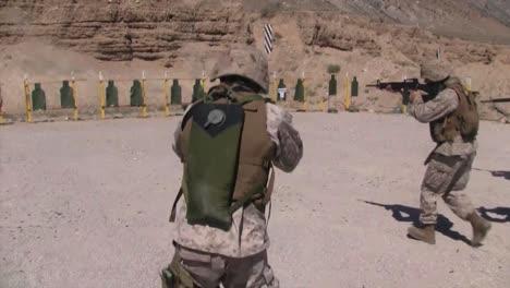 Los-Comandos-Del-Ejército-Entrenan-Con-Pistolas-En-Un-Campo-De-Tiro