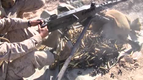 Los-Marines-Disparan-Las-Ametralladoras-M240-En-Un-Ejercicio-De-Entrenamiento-En-Afganistán-1