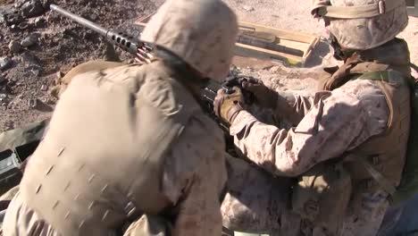 Los-Marines-Disparan-Las-Ametralladoras-M240-En-Un-Ejercicio-De-Entrenamiento-En-Afganistán-3