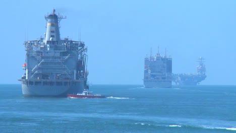 Ein-Schiff-Fährt-Durch-Den-Suezkanal-Und-Passiert-Ein-Willkommensschild-In-Ägypten