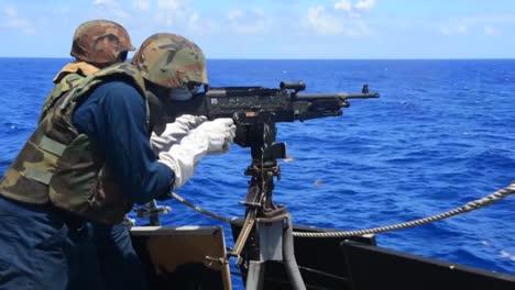 La-Artillería-Se-Dispara-Desde-La-Cubierta-De-Un-Buque-De-Guerra-En-El-Mar