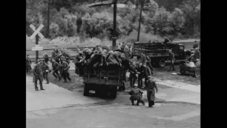 Los-Hombres-Se-Despiden-De-Sus-Novias-Antes-De-Salir-En-Un-Tren-En-1933-
