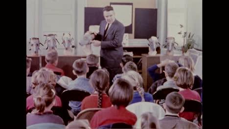 Los-Niños-Aprenden-Sobre-Las-Máscaras-De-Gas-Civiles-En-1960