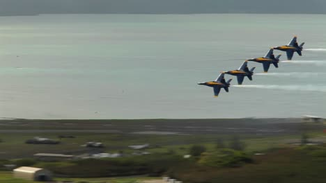 The-Blue-Angels-Fly-In-Formation-At-An-Airshow