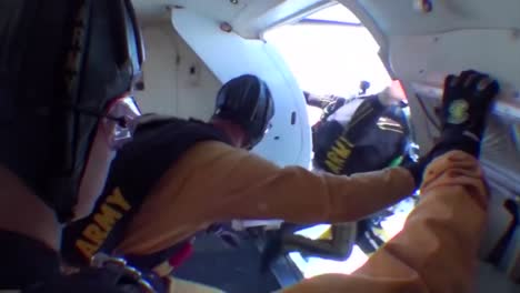 Imágenes-De-Paracaidismo-Profesional-En-Pov-Del-Equipo-De-Paracaidismo-De-Los-Caballeros-Dorados-Del-Ejército-Estadounidense