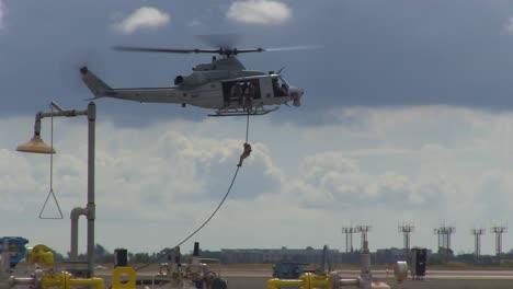 Los-Marines-Estadounidenses-Practican-La-Búsqueda-Y-Rescate-Y-Las-Maniobras-De-La-Fuerza-Aérea-Terrestre-Desde-Un-Helicóptero