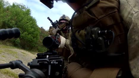 Marines-Estadounidenses-De-Patrulla-A-Través-De-Una-Aldea-árabe-Simulada-Y-Son-Atacados