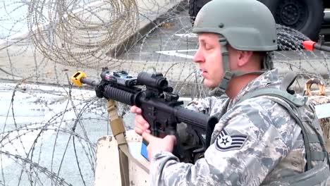 Un-Atacante-Suicida-Amenaza-Con-Hacerse-Explotar-En-Una-Base-Militar-En-Esta-Simulación
