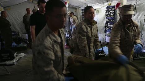 Los-Médicos-Del-Ejército-En-El-Campo-Practican-La-Cirugía-De-Emergencia-En-Un-Maniquí
