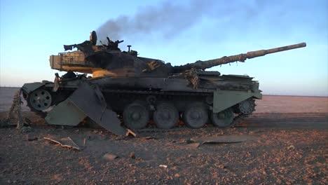 Un-Tanque-Destruido-Se-Encuentra-En-El-Desierto-De-Irak-