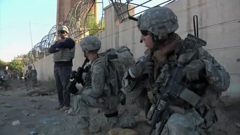 American-Soldiers-Go-On-Foot-Patrol-On-The-Streets-Of-Baghdad-During-The-Iraq-War-4