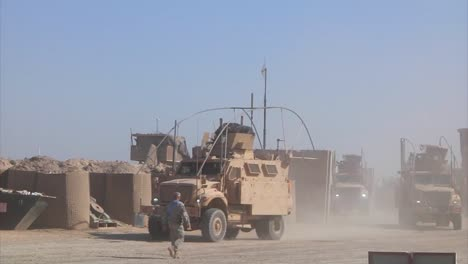 A-Us-Transport-Convoy-Moves-Through-Iraq-During-The-War-7