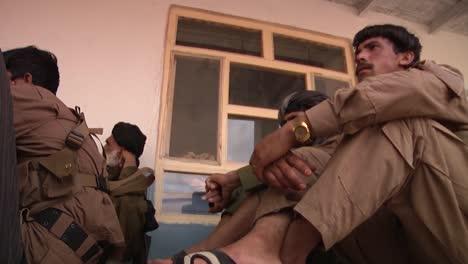 Los-Aldeanos-Afganos-Escuchan-A-Un-Funcionario-Local-Dar-Un-Discurso-1