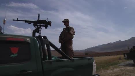 Funcionarios-Políticos-Afganos-Llegan-A-Una-Aldea-Y-Hablan-Con-Ancianos-En-Afganistán-