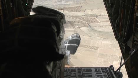 Los-Suministros-Se-Lanzan-Por-Aire-Sobre-Afganistán-Desde-Un-C130-2