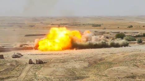 Eine-Massive-Explosion-Erschüttert-Ein-Afghanisches-Dorf