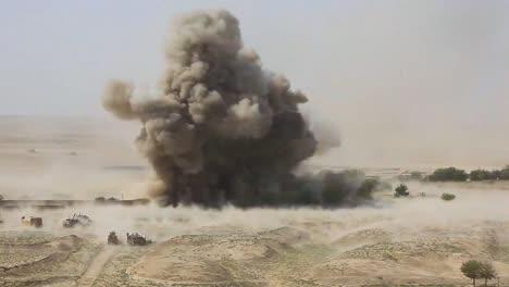 Eine-Massive-Explosion-Erschüttert-Ein-Afghanisches-Dorf-1