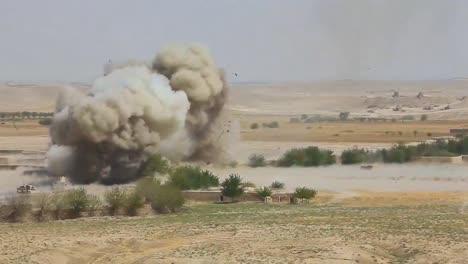 Eine-Massive-Explosion-Erschüttert-Ein-Afghanisches-Dorf-2