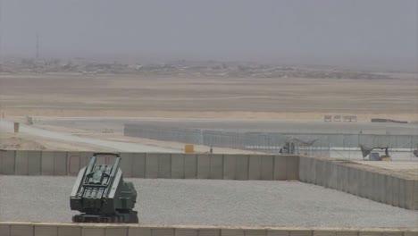 Los-Marines-Estadounidenses-Lanzan-Cohetes-Desde-Un-Sistema-De-Lanzacohetes-De-Alta-Movilidad-Contra-Objetivos-Enemigos-En-El-Medio-Oriente