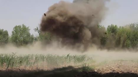 Eine-Plötzliche-Explosion-Erschüttert-Eine-Baumreihe-In-Afghanistan-1