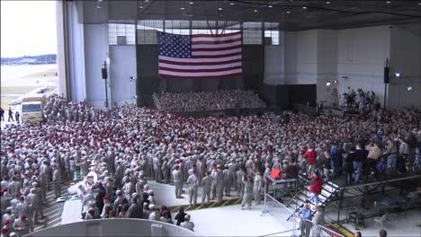 Una-Gran-Multitud-De-Soldados-Estadounidenses-Espera-Para-Saludar-Al-Presidente-Obama-Dentro-De-Un-Hangar-Militar-En-Ft-Bragg-Nc