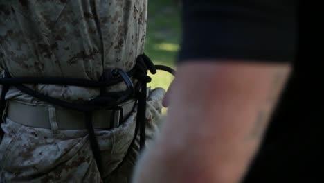 Los-Marines-En-Entrenamiento-Básico-Compiten-En-Varios-Ejercicios-De-Entrenamiento-Incluido-El-Rappel-