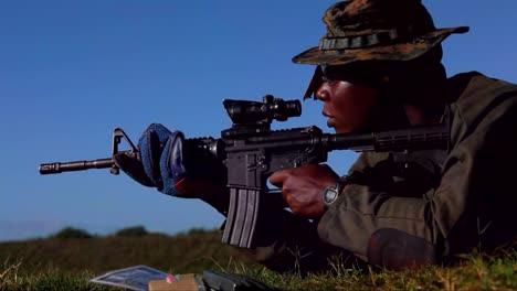 Los-Marines-Estadounidenses-Practican-Disparando-Ametralladoras-En-Ejercicios-De-Campo-De-Batalla-1