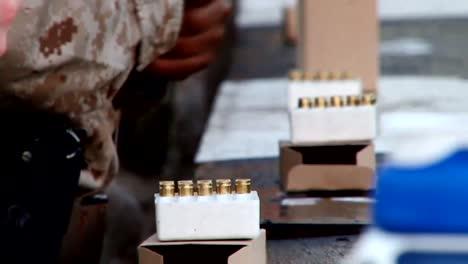Los-Marines-Estadounidenses-Se-Preparan-Para-Disparar-Pistolas-En-Un-Campo-De-Tiro-1