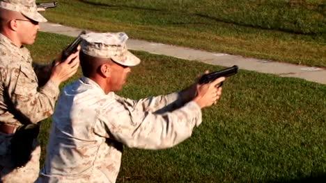 Los-Marines-Estadounidenses-Se-Preparan-Para-Disparar-Pistolas-En-Un-Campo-De-Tiro-2