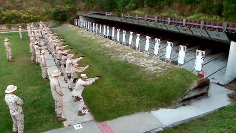 Los-Marines-Estadounidenses-Se-Preparan-Para-Disparar-Pistolas-En-Un-Campo-De-Tiro-3