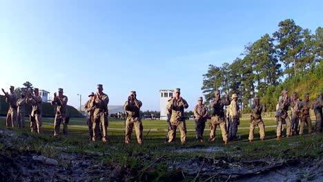 Los-Marines-Estadounidenses-Se-Preparan-Para-Disparar-Pistolas-En-Un-Campo-De-Tiro-5