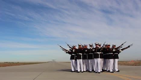 La-Guardia-De-Honor-De-La-Marina-Estadounidense-Se-Hace-Pasar-Por-Un-Avión-Que-Sobrevuela