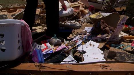 Bewohner-Durchsuchen-Die-Ruinen-Ihrer-Häuser-Nach-Dem-Verheerenden-Tornado-2013-In-Moore-Oklahoma-5