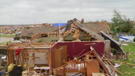 Bewohner-Durchsuchen-Die-Ruinen-Ihrer-Häuser-Nach-Dem-Verheerenden-Tornado-2013-In-Moore-Oklahoma-9