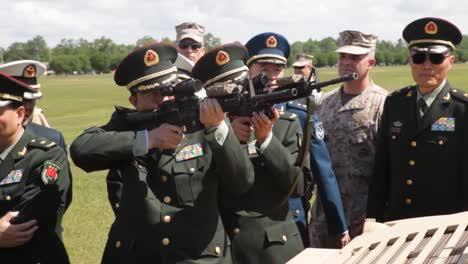 Funcionarios-Chinos-Inspeccionan-Equipo-Militar-Estadounidense-Dirigido-Por-El-Ministro-De-Defensa-Liang-Guanglie-Visita-El-Campamento-Lejeune-Nc-3