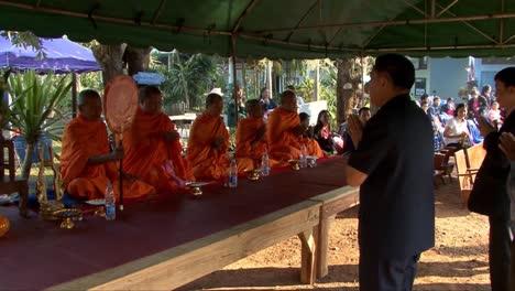 Buddhistische-Mönche-Beten-In-Einem-Tempel-In-Thailand